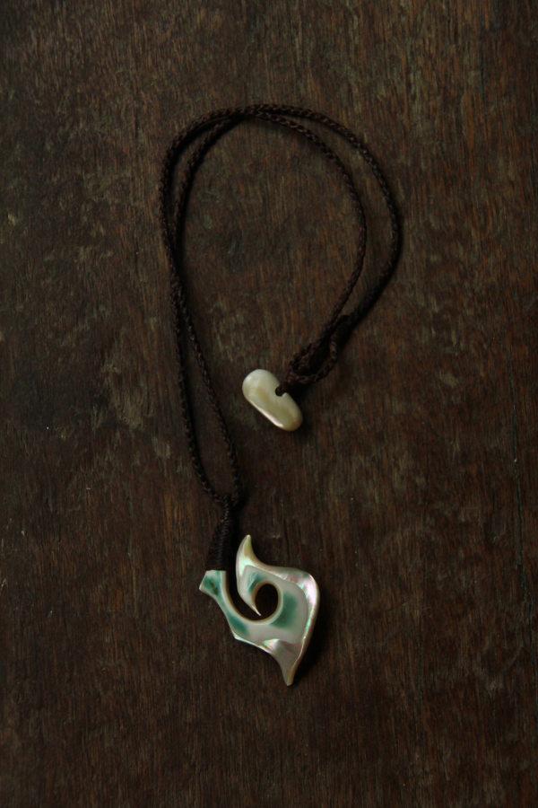 夜光貝のカービング・ネックレス(フィッシュフック)