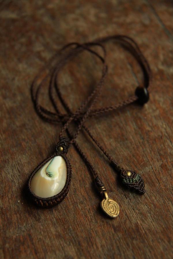 夜光貝のカービング・ネックレス(マクラメ編み)