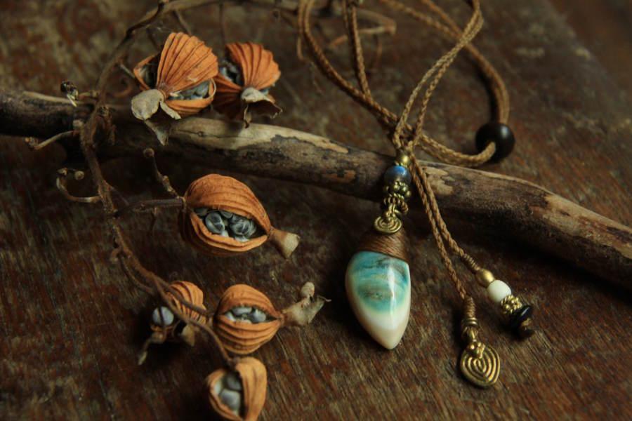夜光貝のカービング・ネックレス