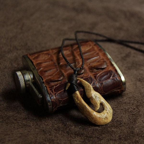 クジラの骨のボーンカービング・ネックレス(ホエールテール×フィッシュフック